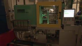 Dimostrazione del processo di fabbricazione tecnologico i dettagli del progettista nella fabbrica di Lego nel Dubai stock footage