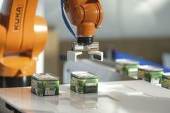 Dimostrazione del robot dell'alimento inscatolato a Mosca fotografie stock libere da diritti