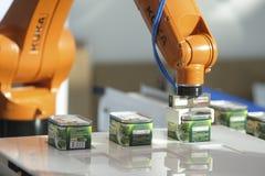 Dimostrazione del robot dell'alimento inscatolato a Mosca fotografia stock libera da diritti