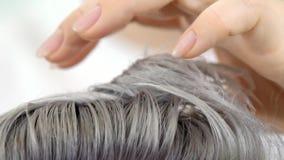 Dimostrazione della fine del movimento lento della pittura dei capelli di risultato sul colpo video d archivio
