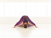 Dimostrazione della posa d'allungamento difficile di yoga Fotografia Stock