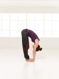 Dimostrazione della posa di yoga di elasticità Fotografie Stock Libere da Diritti
