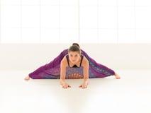 Dimostrazione di allungamento della posa di yoga Fotografia Stock