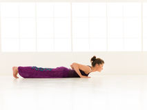 Dimostrazione di posizione di yoga Fotografia Stock