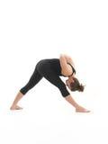 Dimostrazione di posizione di yoga dal giovane istruttore femminile Fotografie Stock Libere da Diritti