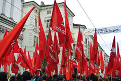 dimostrazione per le bandiere rosse e le insegne di festa del lavoro Fotografie Stock
