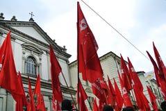 dimostrazione per le bandiere rosse e le insegne di festa del lavoro Immagini Stock