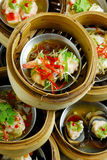 Dimsum cotto a vapore cinese in bambù fotografia stock