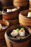 Dimsum cotto a vapore cinese in contenitori di bambù Immagini Stock