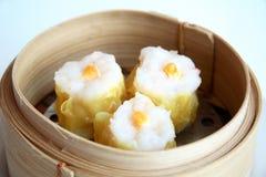 Dimsum cozinhado chinês no bambu imagens de stock