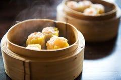 Dimsum del gamberetto cotto a vapore cinese in contenitore di bambù Fotografia Stock Libera da Diritti