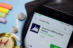 Dinámica CRM para el app expreso del revelador del teléfono con magnificar en la pantalla de Smartphone fotos de archivo libres de regalías