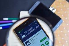 Dinámica CRM para el teléfono App expreso en magnificar en la pantalla de Smartphone fotos de archivo libres de regalías