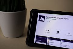 Dinámica CRM para el uso expreso del revelador del teléfono en la pantalla de Smartphone La dinámica CRM es imagen de archivo libre de regalías