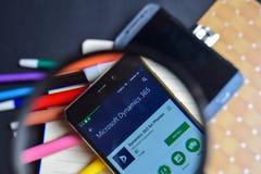 Dinámica 365 para el teléfono App en magnificar en la pantalla de Smartphone fotos de archivo libres de regalías