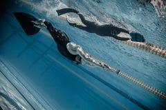 Dinâmico com desempenho das aletas (DYN) do Underwater Imagens de Stock