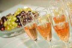 Din ferie med champagne och frukt royaltyfria bilder