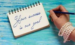 Din framgång är vårt inspirerande citationstecken för målet arkivfoton