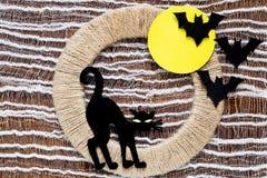 Din idé för allhelgonaafton: en svart katt och slagträn Royaltyfri Bild