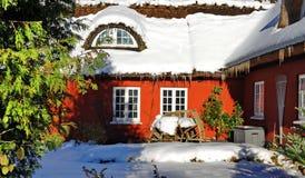 Dinamarca, casas del rojo del invierno fotos de archivo