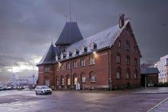 Dinamarca - 18 de octubre de 2014: La cámara de las aduanas en los edificios del siglo XIX del ladrillo rojo en la oscuridad Aarh Imágenes de archivo libres de regalías