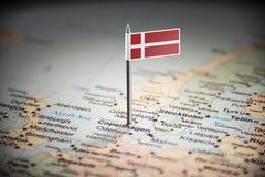 Dinamarca identificou por meio de uma bandeira no mapa fotografia de stock