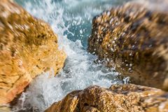 Dinamic Spritzen der Meereswellen stockbild