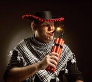 Dinamite mexicana do acendimento do vaqueiro pelo charuto Imagens de Stock Royalty Free