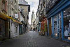 Dinan,布里坦尼,法国的中世纪购物中心 图库摄影