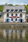 Dinan,布里坦尼2013年5月7日:Creperie餐馆在Dinan在兰斯河反射了 库存图片