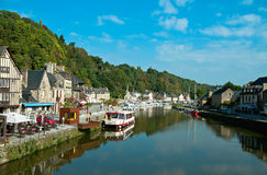 Dinan in dem Fluss Rance Stockbild