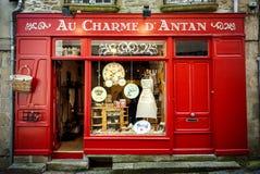 Dinan, Francja - Frontowy sklep podławe rzeczy W czerwonym drewnie w Dinan, Francja obrazy royalty free