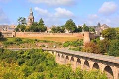 Dinan, viaducto y paredes del castillo Fotografía de archivo