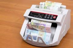 Dinar koweitien dans une machine de compte photographie stock libre de droits