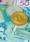 Dinars serbes de billets de banque et cryptos pièces de monnaie de concept de devises de concept d'investissements risqués de bit photo libre de droits