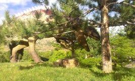 Dinasaur chuje za drzewem Fotografia Royalty Free