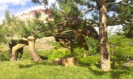Dinasaur, das hinter Baum sich versteckt Lizenzfreie Stockfotografie