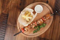 Dinde de barbecue avec les pommes frites et la sauce Photographie stock libre de droits