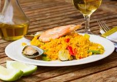 Diner avec le plat de Paella images libres de droits
