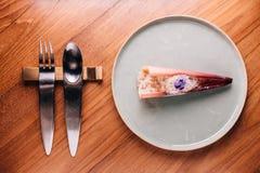 Diner créatif d'amende : Écrimage touché de banane avec le cuisinier de caramel par l'azote liquide, ressembler à la neige Servi  photo libre de droits