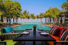 Dinez dans le plaisir d'après-midi par la mer en Hua Hin photo stock
