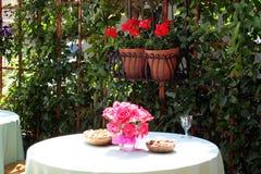 Diner extérieur avec des fleurs Images libres de droits
