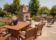Diner extérieur avec le jardin Image libre de droits
