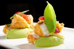 Diner fin, Fried Octopus sur la mousse de basilic image libre de droits