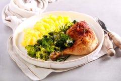 Diner - het been van de rozemarijnkip met broccoli en fijngestampte aardappel royalty-vrije stock foto's
