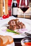 Diner. Het varkensvlees van het braadstuk, rode wijn. stock foto