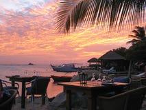 Diner le bord de la mer dans le paradis Images libres de droits