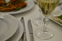 Diner lijstserver met wijnglazen en voedsel stock afbeelding
