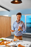 diner Mens die Pizza eten, Drinkend Bier Snel Voedsel, Voeding, L Royalty-vrije Stock Afbeeldingen