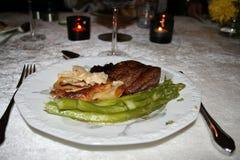 Diner met filet van rundvlees, aardappelgratin en asperge Royalty-vrije Stock Afbeeldingen